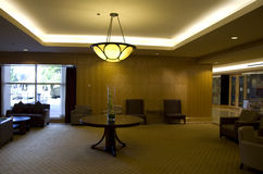 主持旅馆大厅沙发表丝毫 免版税库存图片