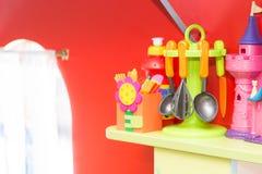 持有人炊事用具,孩子的塑料 免版税库存照片