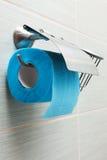 持有人纸洗手间 库存照片