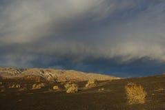 持续星期日轻的最近的Ubehebe火山口,加利福尼亚 图库摄影