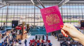 持英国护照的手 库存图片