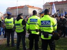 维持观看的基督教教会成员人民治安反对移民在捷克布拉格的首府 免版税库存照片