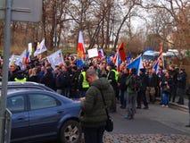 维持观看的基督教教会成员人民治安反对移民在捷克布拉格的首府 免版税库存图片