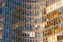 主持豪华公寓的一个现代摩天大楼的玻璃门面 图库摄影