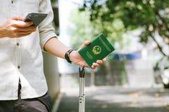 持越南护照的人手 准备好旅行 免版税图库摄影