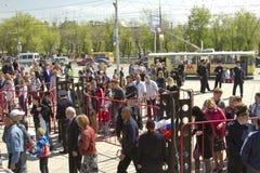 维持从金属探测器的封销线治安在Mamaev库尔干 免版税库存照片