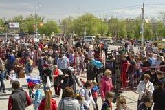 维持从金属探测器的封销线治安在Mamaev库尔干 库存图片