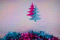 挂掉电话在桃红色蓝色闪烁和闪亮金属片的xmas树的圣诞节装饰的五颜六色的圣诞节摄影图象 图库摄影