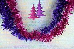 挂掉电话桃红色闪烁xmas树包装纸背景的圣诞节装饰的五颜六色的圣诞节摄影图象 免版税库存图片