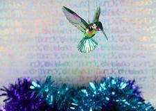 挂掉电话玻璃蓝色翠鸟的圣诞节装饰的五颜六色的圣诞节摄影图象有包装纸背景 免版税库存照片
