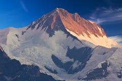 挂接Annapurna II在黎明,尼泊尔 免版税图库摄影