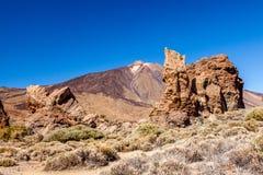 挂接Teide在Roques de加西亚,特内里费岛,西班牙之间。 库存图片