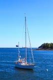 挂新西兰和美国国旗的被停泊的风船 免版税图库摄影