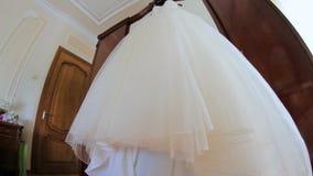 挂衣架的美丽的婚礼礼服 股票录像