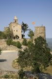 挂西班牙旗子的历史的城堡在索尔索纳附近,加泰罗尼亚角,西班牙村庄  免版税库存图片