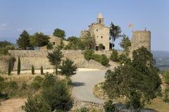 挂西班牙旗子的历史的城堡在索尔索纳附近,加泰罗尼亚角,西班牙村庄  免版税库存照片
