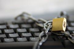 挂锁与横跨键盘被钩和被锁的金属链子,互联网安全概念 库存图片