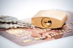挂锁关键字和信用卡 免版税库存照片