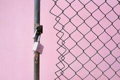 挂锁和一把钥匙在架线的门 免版税图库摄影