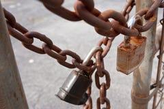 挂锁和生锈的链子在工业站点巩固门 免版税库存图片