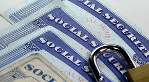 挂锁和社会保险卡-身份窃取和身分保护概念 免版税库存图片