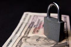 挂锁和金钱 免版税图库摄影