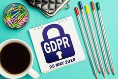 挂锁在一个商人的笔记本的GDPR通知在绿松石背景的 一般数据保护章程概念 免版税图库摄影