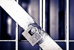 挂锁在一所监狱的电池门在黑色&白色的 免版税图库摄影