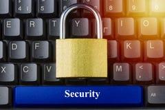 挂锁在有蓝色空间按钮和安全题字的键盘对此 互联网数据保密性信息保障概念 免版税库存照片
