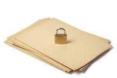挂锁在白色的被投入的文件夹 免版税库存图片