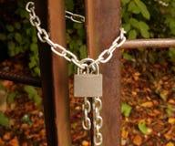 挂锁在金属链子,锁入口 免版税库存照片