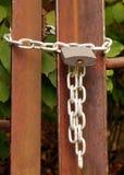 挂锁在金属链子,锁入口 库存图片