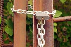 挂锁在金属链子,锁入口 库存照片