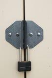 挂锁巩固的钢门 免版税库存照片