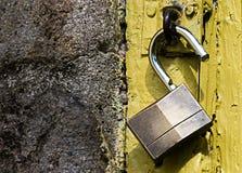 挂锁有黄色背景 库存照片