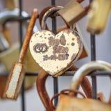 挂锁的特写镜头在锁爱墙壁的在安特卫普市中心,比利时 免版税库存照片
