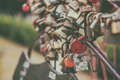 挂锁象征心脏,地标爱和团结  免版税库存照片