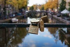 挂锁附加在运河Oudezijds Voorburgw的一座桥梁 免版税库存图片