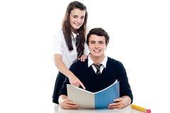 指出答复的女孩对她的同学 免版税库存照片