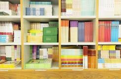 指南和课本在书架在图书馆里或在书店 免版税库存照片