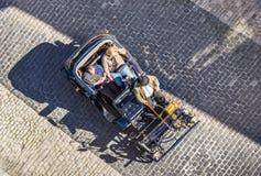 指南在Rothenburg等待有一辆老葡萄酒汽车的游人 库存照片