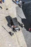 指南在Rothenburg等待有一辆老葡萄酒汽车的游人 免版税图库摄影