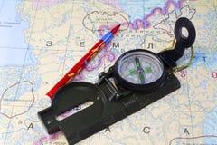 指南针、铅笔和俄罗斯的北部的地图的片段 免版税库存图片