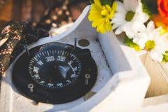 指南针、绳索和花 免版税库存图片
