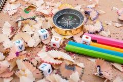 指南针仪器和五颜六色的铅笔 库存图片