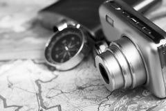 指南针和一台照相机在地图 免版税库存图片