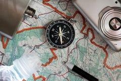 指南针和一台照相机在地图 免版税图库摄影