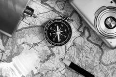 指南针和一台照相机在地图 库存照片