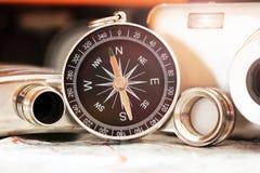 指南针和一台照相机在地图 免版税库存照片