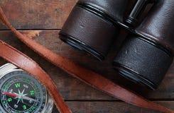 指南针和双筒望远镜 免版税库存照片